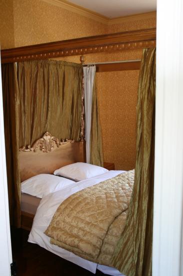 chambre dorée lit