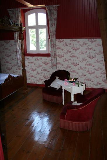 chambre rouge fauteuils